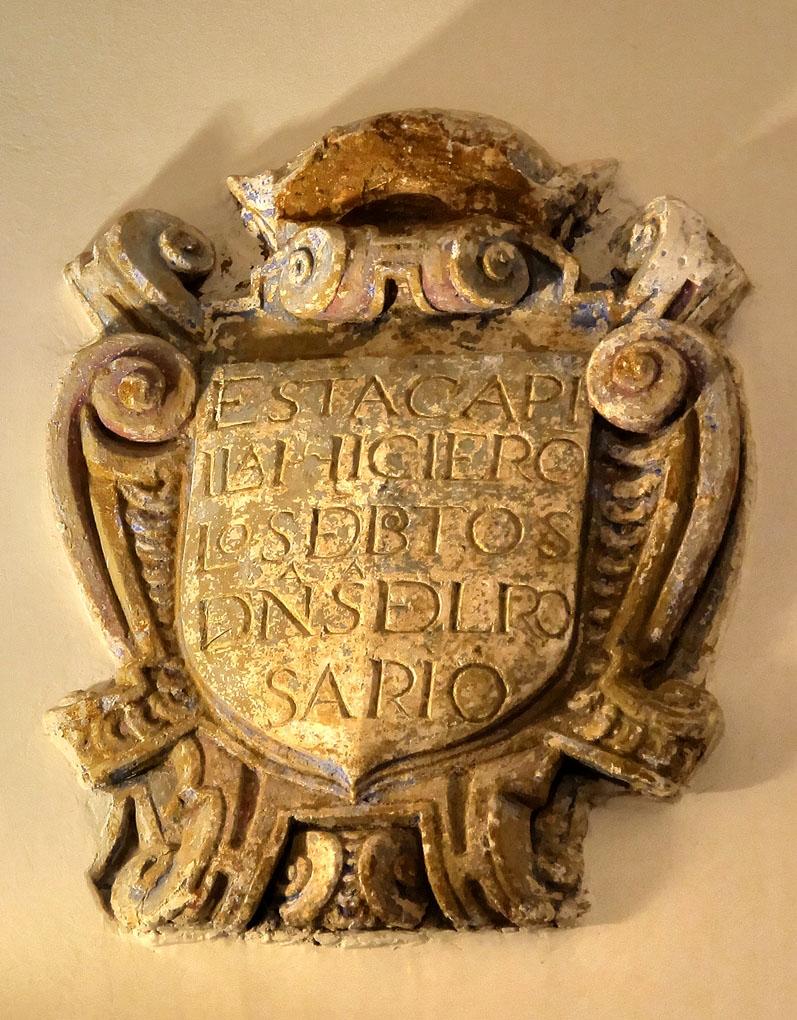 Escudo de la cofradía de la Virgen del Rosario. Resto recuperado del derrumbe.